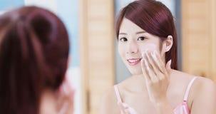 Frau waschen ihr Gesicht stockbilder