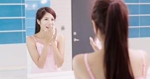 Frau waschen ihr Gesicht stockfotos