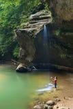 Frau am Wasserfall - feilbietende Hügel, Ohio Stockbild