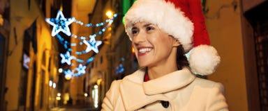 Frau am Weihnachten in Florenz, Italien, das Abstand untersucht Lizenzfreie Stockfotografie