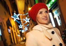 Frau am Weihnachten in Florenz, Italien, das Abstand untersucht Stockfoto