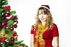 Frau am Weihnachtsbaum Stockbild