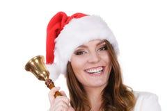 Frau in Weihnachtsmann-Hut, der eine Glocke schellt Stockbilder