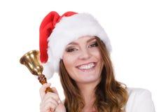 Frau in Weihnachtsmann-Hut, der eine Glocke schellt Stockfoto