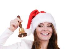 Frau in Weihnachtsmann-Hut, der eine Glocke schellt Lizenzfreie Stockbilder