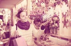 Frau am Weihnachtsmarkt am Abend Lizenzfreies Stockfoto