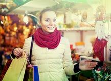 Frau am Weihnachtsmarkt am Abend Lizenzfreie Stockbilder
