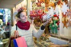 Frau am Weihnachtsmarkt am Abend Stockbild