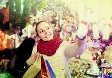 Frau am Weihnachtsmarkt am Abend Lizenzfreie Stockfotografie