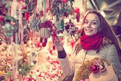 Frau am Weihnachtsmarkt am Abend Stockfotos