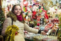 Frau am Weihnachtsmarkt am Abend Lizenzfreies Stockbild