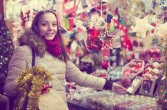 Frau am Weihnachtsmarkt am Abend Stockbilder