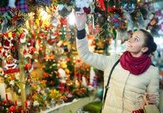 Frau am Weihnachtsmarkt am Abend Lizenzfreie Stockfotos