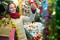 Frau am Weihnachtsmarkt am Abend Stockfotografie
