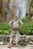 Frau, welche die Ansicht über eine wandernde Reise genießt stockfoto