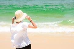 Frau, welche die Ansicht in dem Ozean genießt lizenzfreies stockfoto
