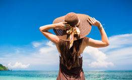 Frau, welche die Ansicht in dem Strand oder dem Ozean genießt Stockfotografie