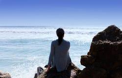 Frau, welche die Ansicht des Pazifischen Ozeans in Süd-Califor genießt Stockfotos