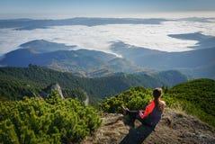 Frau, welche die Ansicht in die Berge bewundert lizenzfreies stockfoto
