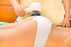 Frau, welche die Behandlung in einer Badekurortmitte genießt Lizenzfreies Stockbild