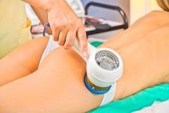 Frau, welche die Behandlung in einer Badekurortmitte genießt Lizenzfreies Stockfoto