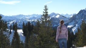 Frau, welche die Berge bewundert stock video footage