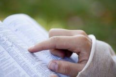 Frau, welche die Bibel liest. Lizenzfreie Stockfotografie