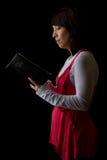 Frau, welche die Bibel liest Stockfoto