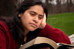 Frau, welche die Bibel studiert Lizenzfreies Stockfoto