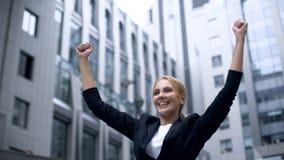 Frau, welche die Erfolgsgeste, extrem glücklich über Durchbruch im Start zeigt lizenzfreie stockfotos