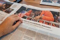 Frau, welche die Flagge schreit nach US-Wahlen hält Lizenzfreie Stockfotos