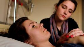 Frau, welche die Hand eines Patienten schmeißt stock video