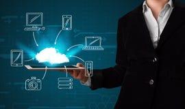 Frau, welche die Hand gezeichnete Wolkendatenverarbeitung zeigt Stockfotografie