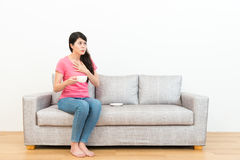 Frau, welche die heiße Schale betrachtet weißen Hintergrund hält lizenzfreies stockfoto
