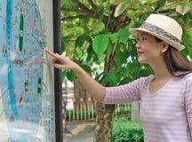 Frau, welche die Karte schaut Lizenzfreie Stockfotografie