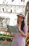 Frau, welche die Karte schaut Lizenzfreie Stockbilder