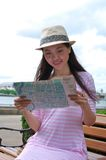 Frau, welche die Karte schaut Stockfotos