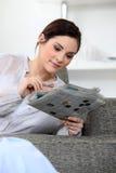 Frau, welche die Kreuzworträtsel tut stockbild