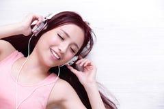 Frau, welche die Musik genießt Stockfotos
