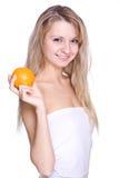Frau, welche die Orange anhält Lizenzfreie Stockfotos