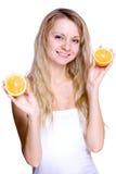 Frau, welche die Orange anhält Lizenzfreies Stockfoto