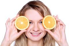 Frau, welche die Orange anhält Stockfotos