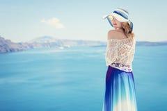 Frau, welche die Schönheit von Meer genießt Lizenzfreie Stockbilder