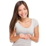 Frau, welche die schalenförmigen Hände halten etwas zeigt stockfotografie