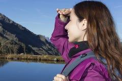 Frau, welche die Schweizer Alpenberglandschaft während einer wandernden Reise aufpasst lizenzfreies stockfoto
