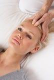 Frau, welche die Shiatsu Massage zum voranzugehen hat Stockfotos