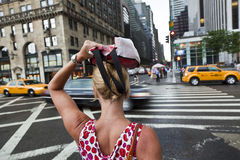 Frau, welche die Straße kreuzt Stockbild