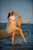 Frau, welche die Strandentspannung froh im Sommer durch Ozeanküste genießt Lizenzfreies Stockbild