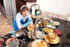 Frau, welche die Teller tut stockfotografie