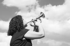 Frau, welche die Trompete spielt stockbild